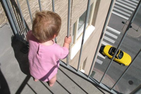 В Курске родители выгоняли спать маленькую дочь на балкон
