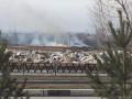 Пожарные застряли на сваленных коммунальщиками сугробах на подъезде к горящему полю