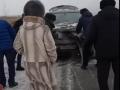 Загоревшийся на трассе кроссовер закидывали снегом и рубили топором
